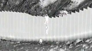 Imagen del momento en el que el coyote deja caer la segunda niña