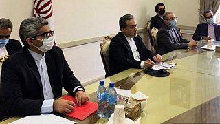 صورة  نشرتها وزارة الخارجية الإيرانية في 2 أبريل 2021 حيث يظهر نائب الخارجية الإيرانية عباس عراقجي في الوسط خلال مؤتمر مع اللجنة المشتركة حول برنامج إيران النووي