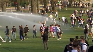 """شاهد: الآلاف يحتشدون لحضور حفل اتضح أنه """"كذبة أبريل"""" والشرطة البلجيكية تتدخل"""