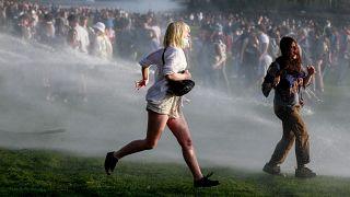 Vízágyúval oszlatták szét az április elsejei brüsszeli szabadtéri bulin összegyűlt embereket.
