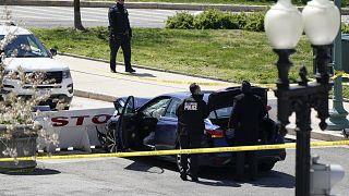 Bir sürücü, aracını ABD Kongre binası önünde polislerin bulunduğu noktadaki barikatlara sürdü, iki polis yaralandı