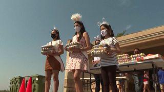 Acto de entrega de huevos de Pascua a los vecinos organizado por el Ayuntamiento de Roma.
