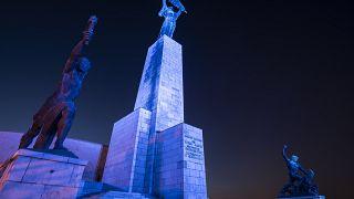 Kékben izzik a Szabadság-szobor