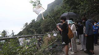 Le famiglie delle vittime di un incidente ferroviario evocano i loro spiriti vicino a Taroko Gorge a Hualien, Taiwan