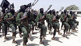 Az al Shabab katonái felsorakoznak