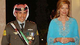 شاهزاده حمزه در مراسم عروسیاش در کنار مادرش ملکه نور