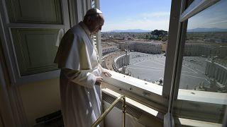 ARCHÍV: a Vatikáni Média által közreadott képen Ferenc pápa nézi az üres Szent Péter teret az Apostoli Palotában, 2020. április 26-án,