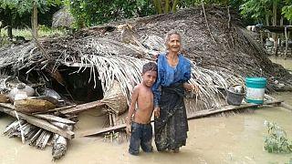 Une villageoise et son petit-fils devant leur maison endommagée dans le village de Haitimuk, en Indonésie, également touchée par les inondations le 4/04/21