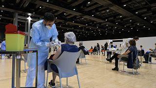 Egészségügyi dolgozók oltanak a római La Nuvola kongresszusi központban kialakított oltóponton