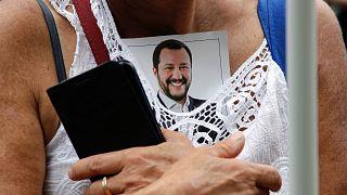 A Liga nagygyűlésén egy híve tűzte mellére Matteo Salvini fotóját