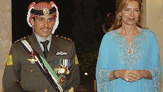 الأمير حمزة مع والدته الملكة نور، أثناء حفل زفافه في عمان، الأردن.