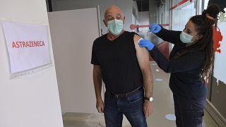 Anotinio Goni, de 65 años, recibe una inyección de la vacuna de Astrazeneca, durante una campaña de vacunación COVID-19 en Pamplona, norte de España, el 3 de abril de 2021.