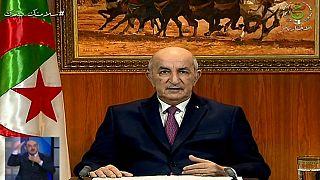 الرئيس الجزائري عبد المجيد تبون وهو يلقي خطابًا متلفزًا دعا فيه إلى حل البرلمان وإجراء انتخابات مبكرة ، في 18 فبراير 2021 في الجزائر العاصمة.