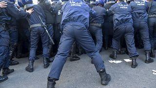 عناصر من الشرطة الجزائرية يعرقلون تقدم مظاهرة مناهضة للحكومة تتجه نحو القصر الرئاسي بالعاصمة الجزائر ، في 22 فبراير 2020.