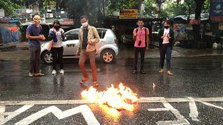 متظاهرون في يانغون يحرقون الأعلام الصينية احتجاجا على دعم بكين للمجلس العسكري