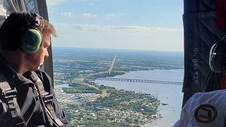 حاكم ولاية فلوريدا الأميركية، رون دي سانتيس، داخل طائرة مروحية تحلق فوق خزان مياه مبتذلة مهدد بالانهيار