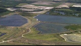 Si el depósito de agua con desechos se vierte al mar contaminaría la zona.