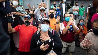 Fieles durante una procesión en Caracas a pesar de la cuarentena estricta
