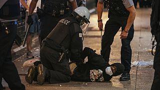 ABD'de polis bir siyahiyi gözaltına alıyor