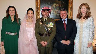 العاهل الأردني الملك عبد الله والملكة نور، أرملة الملك الحسين والملكة رانيا في صورة مع الأمير حمزة، الأخ غير الشقيق للملك الأردني عبد الله وزوجته الجديدة الأميرة بسمة.
