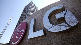 Логотип LG на здании штаб-квартиры корпорации в Сеуле