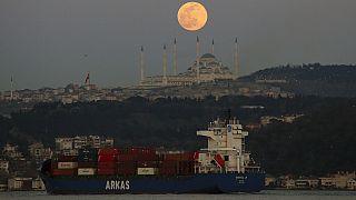La lune dans le ciel d'Istanbul, le 28 mars 2021, Turquie