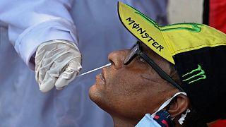 """رجل يخضع لاختبار """"بي سي آر""""  في مركز طبي بمدينة مومباي الهندية لمعرفة إن كان مصاباً بفيروس كورونا"""