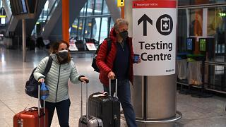 لافتة توجه الركاب إلى مركز اختبار كوفيد- 19  في المبنى رقم 5 بمطار لندن هيثرو في غرب لندن