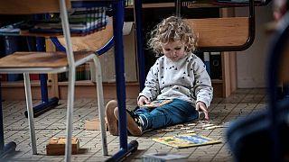 Oynayan bir çocuk