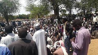 صورة من الارشيف-تجمع الأهالي في جنازة جماعية بعد هجوم وقع في قرية بغرب دارفور، السودان