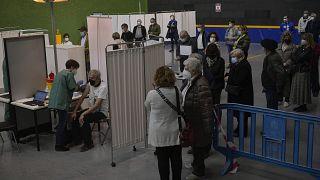 Vacunación contra la COVID-19 en un centro de Pamplona, España, el 3 de abril de 2021