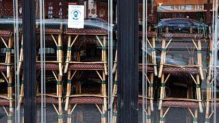 Székek egymásra halmozva a híres Cafe de Flore-ban