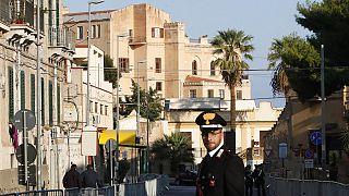 Az olasz csendőrség, a Carabinieri egyik tagja Palermóban