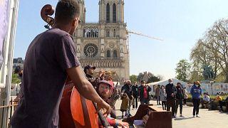 """شاهد: عروض الشارع تساعد شوارع باريس على`` """"إعادة بعث الأمل والحياة """""""