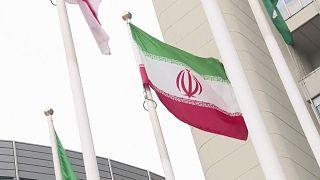 La bandera de Irán ondea en el exterior de la sede de la OIEA en Viena