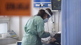 Felpörgött az oltás, de a fertőzöttek száma még hetekig nőni fog