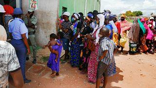 Vários deslocados de Palma, no norte de Moçambique, à porta do centro de abrigo temporário