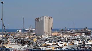 صوامع الحبوب في مرفأ بيروت التي تضرّرت جراء الانفجار الهائل الذي دمّر أنحاء واسعة من العاصمة اللبنانية صيفَ العام 2020
