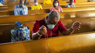 Une femme prie dans la cathédrale de Port-Au-Prince, archive du 11 juillet 2020