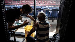 Mann wird in Lyon mit dem Moderna-Impfstoff im Stadion von Olympique Lyonnais geimpft, 03.04.2021