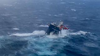 شاهد: إنقاذ طاقم سفينة هولندية واجهت أمواجاً عاتية قبالة الساحل النرويجي