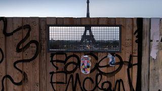 منظر لبرج إيفل من خلف سياج خشبي في باريس.