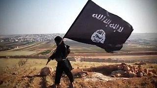 صورة مأخوذة من مقطع فيديو في 23 أغسطس 2013 يُزعم أنه يُظهر عضوًا في جماعة أسود الأنبار.