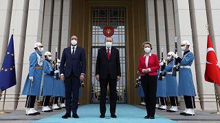 Cumhurbaşkanı Recep Tayyip Erdoğan, AB Konseyi Başkanı Charles Michel (solda) ve AB Komisyonu Başkanı Ursula Von Der Leyen'i (sağda) kabul etti