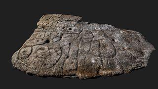 Vue générale de la dalle de Saint-Bélec depuis son bord inférieur. Collection du Musée d'Archéologie nationale MAN 90 960