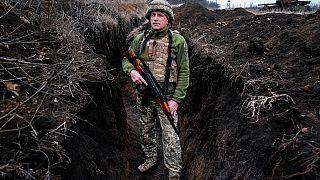 Un militar ucraniano, que pidió ser identificado sólo por su indicativo, Kram, se encuentra en su puesto en la ciudad de Krasnohorlivka, en el este de Ucrania.