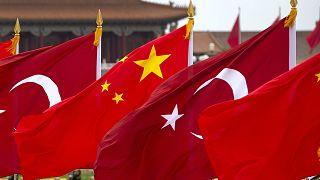 Çin ve Türk bayrakları