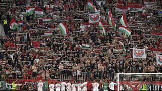 A magyar szurkolók a Himnuszt éneklik a Magyarország-Wales Európa-bajnoki selejtezőmérkőzés után a budapesti Groupama Arénában 2019. június 11-én.