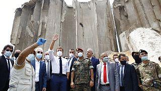 إيمانويل ماكرو، وسط اليسار، أثناء زيارته للموقع المدمر للانفجار في ميناء بيروت - 6  أب / أغسطس  2020