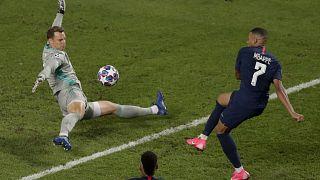 El portero del Bayern, Manuel Neuer, salva un disparo de Kylian Mbappe, del PSG, durante el partido de fútbol de la final de la Liga de Campeones en Lisboa. (2020).